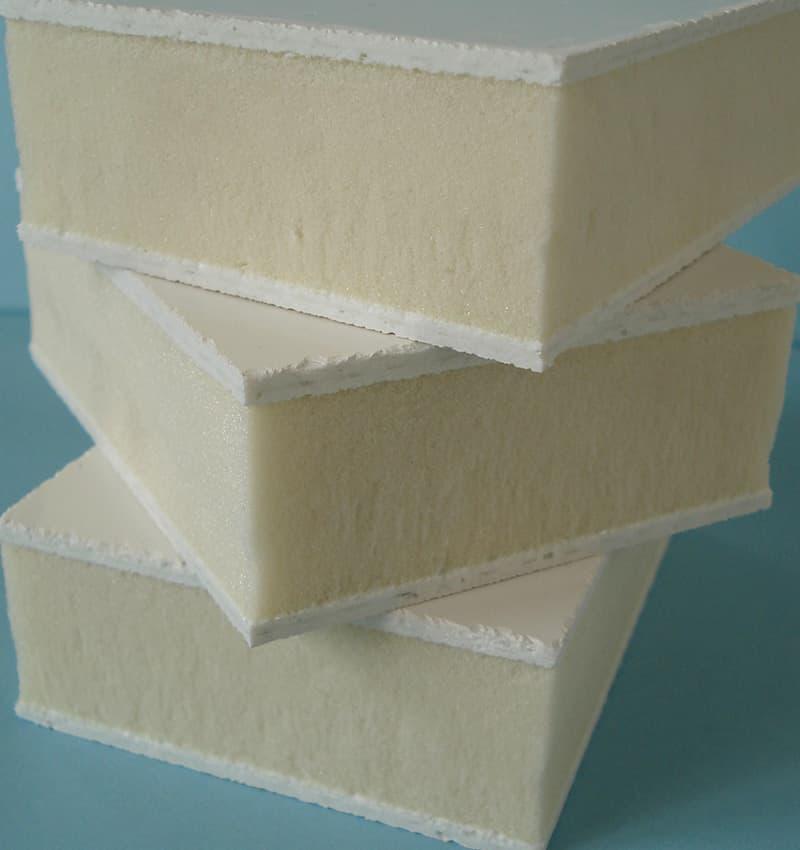 Panel sándwich con núcleo de espuma de poliuretano.
